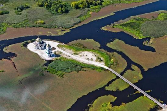 Полет на вертолете над Трахтимировским заповедником и церковью на воде